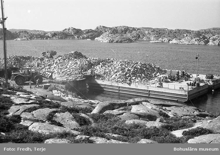 """Enligt fotografens notering: """"Skrotstenslastning i Rixö 1989""""."""