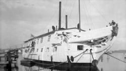Logementsfartyget HMS NORRKÖPING vid kaj i Marstrand.