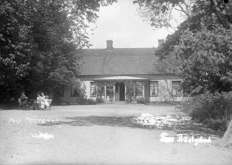 """Enligt fotografens anteckningar: """"Foss prästgård från 1912. Kyrkoherde Kajander med familj (med fru & dotter Hedda) framför prästgården""""."""