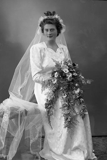 """Enligt fotografens journal nr 7 1944-1950: """"Wilhelmsson, Herr Helge Nordanvindsv. 45 Gbg"""". Enligt fotografens notering: """"Brudparet Ingrid Oskarsson Helge Wilhelmsson, Nordanvindsg. 4 B Gbg""""."""