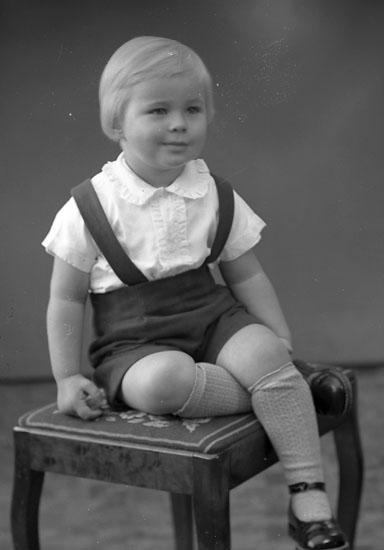 """Enligt fotografens journal nr 8 1951-1957: """"Alfredsson, Dane Övra Röra Spekeröd""""."""