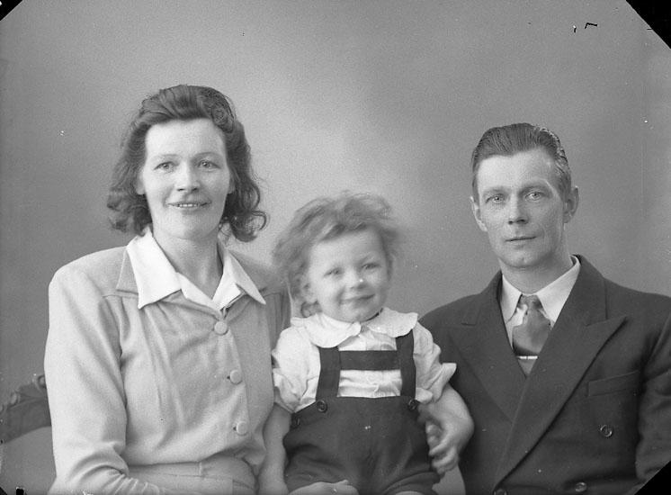 """Enligt fotografens journal nr 7 1944-1950: """"Ottosson, Herr Olof Tveten, Spekeröd""""."""
