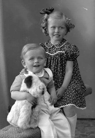 "Enligt fotografens journal nr 8 1951-1957: ""Adler, Gerborg o Krister Här""."