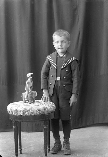 """Enligt fotografens journal nr 3 1916-1917: """"Karlsson, Ernst Kärr Här""""."""