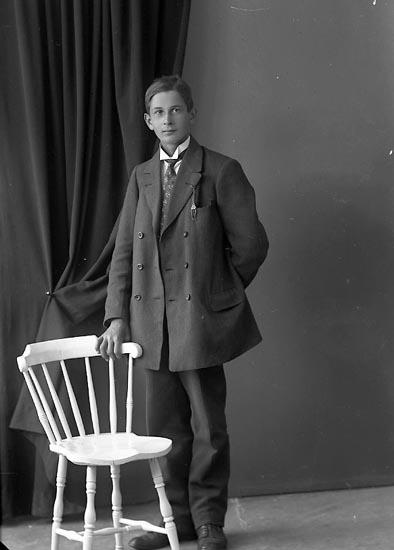 """Enligt fotografens journal nr 3 1916-1917: """"Johansson, John Kyrkenorum Här""""."""