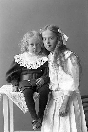 """Enligt fotografens journal nr 1 1904-1908: """"Karlsson, Sara Hällestaden Röd Svanesund""""."""