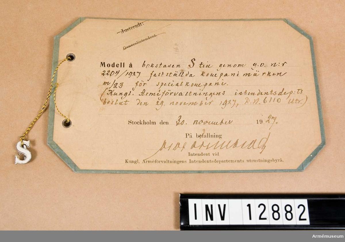 Grupp C I. Modell på bokstaven S till genom go nr 2204/1927 fastställda kompanimärken m/1923 för specialkompani (Kungl. Arméförvaltningens Intendenturdepartements beslut den 29. november 1927, D.n. 6110 utr.). 30. november 1927. Dep från Arméförvaltningens Intendenturdep., modellkammare.