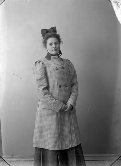 """Enligt fotografens journal nr 1 1904-1908: """"Fr. Jenny Johansson, Jenny Hellen, Snaflunda, Nerike, Halleby Jörlanda""""."""