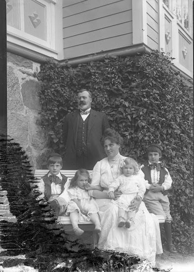 """Enligt fotografens journal Lyckorna 1909-1918: """"Lembke, ute Lyckorna""""."""