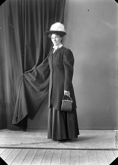 """Enligt fotografens journal nr 3 1916-1917: """"Lundstedt, Karin Skröperöd Svenshögen""""."""