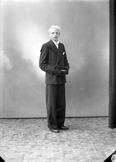 """Enligt fotografens journal nr 6 1930-1943: """"Axelsson, Robert Starrkärr Ödsmål""""."""