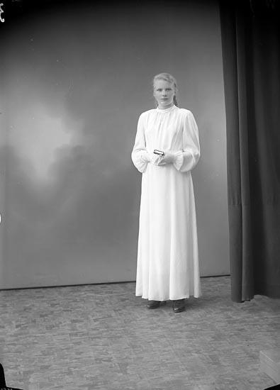 """Enligt fotografens journal nr 6 1930-1943: """"Mattsson, Berit Strandkärr, Stenungsund""""."""