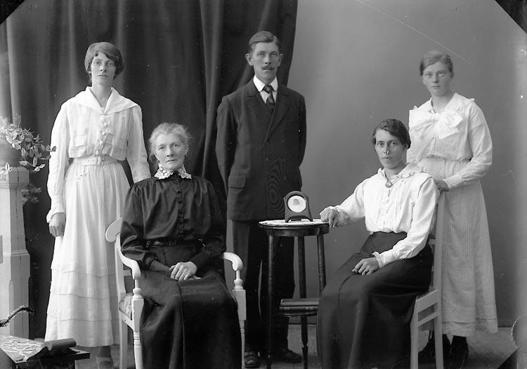 """Enligt fotografens journal nr 4 1918-1922: """"Holmberg, Fru Här""""."""