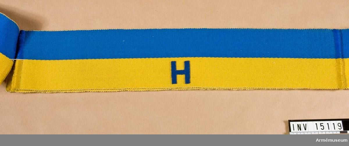 Grupp C I. En av 4 st armbindlar m/1898 för fältpolisen, blå och gul. Märkt H.