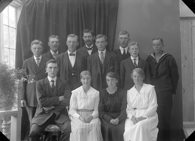 """Enligt fotografens journal nr 3 1916-1917: """"Svensson Oskar, Bräcketorp Spekeröd""""."""