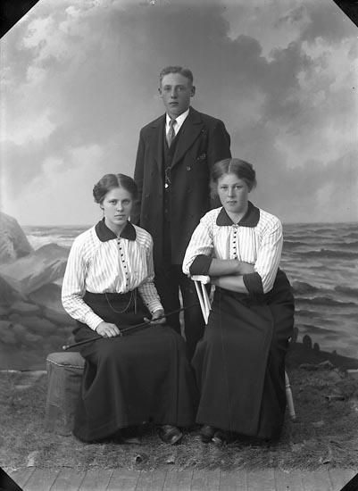 "Enligt fotografens journal nr 2 1909-1915: ""Andersson, Gerda, Thoréns bageri""."