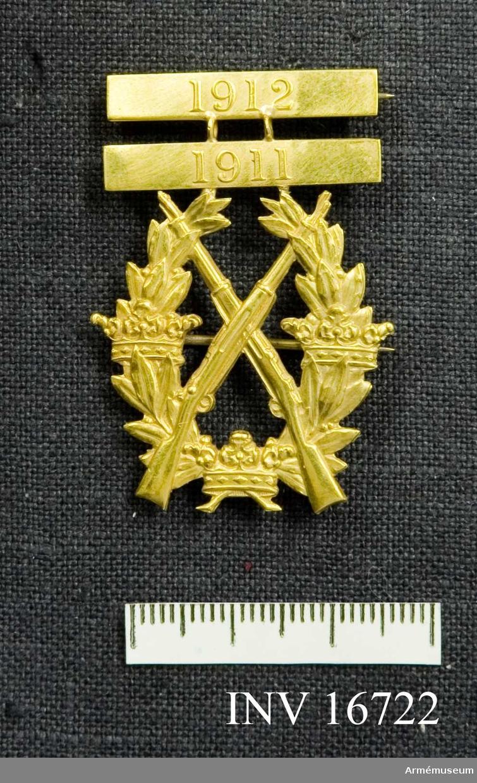 Frivilliga skytteföreningars skyttemärke i guld 1911, 1912. Tilldelat Carl August Malmsten 1911 och 1912.  Samhörande nr är AM.16715-16732