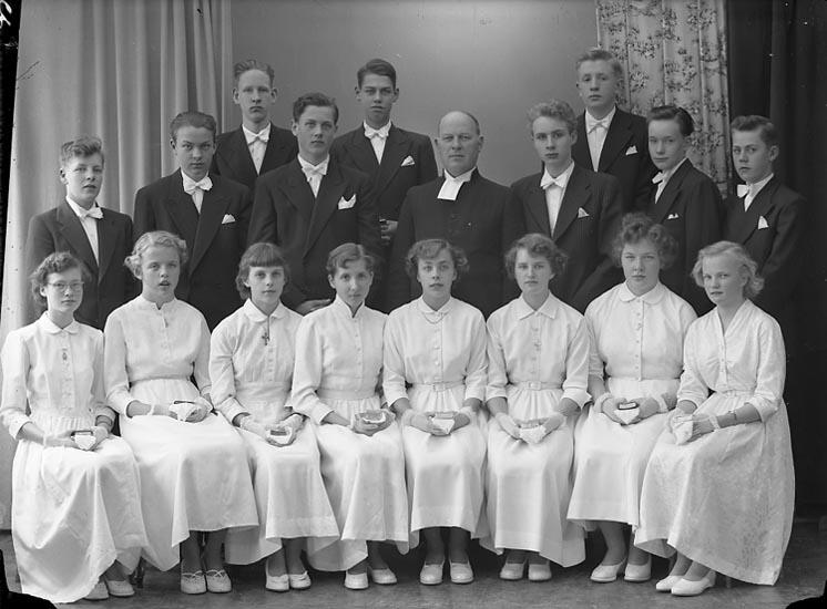 """Enligt fotografens journal nr 8 1951-1957: """"Konfirmander Pastor Hjalmarsson Norum""""."""