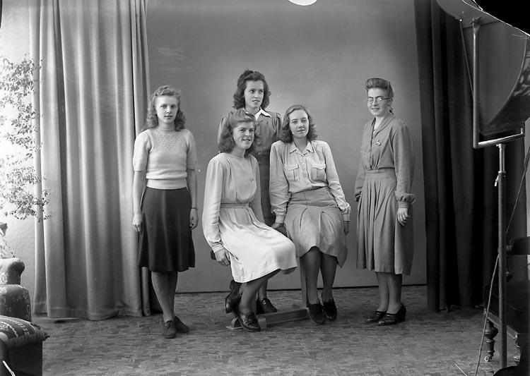 """Enligt fotografens journal nr 7 1944-1950: """"Karlsson, Fr. Venny Hasselbacken Svanesund""""."""
