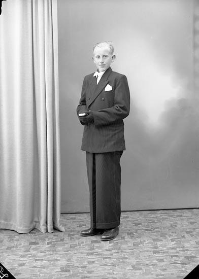 """Enligt fotografens journal nr 7 1944-1950: """"Berntsson, Karl Bertil, Lunna Ödsmål""""."""