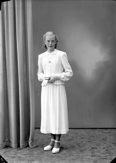 """Enligt fotografens journal nr 7 1944-1950: """"Karlsson, Ulla Här""""."""