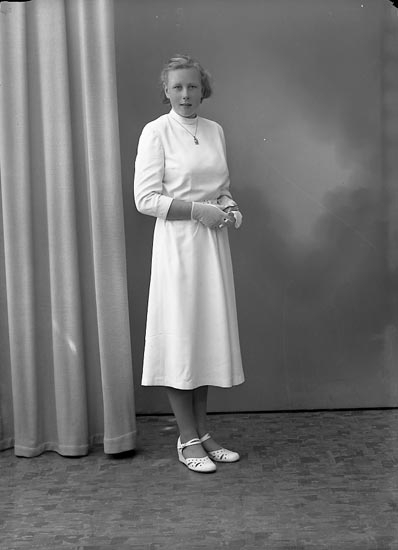 "Enligt fotografens journal nr 8 1951-1957: ""Svensson, Inga Hallerna Stenungsund""."