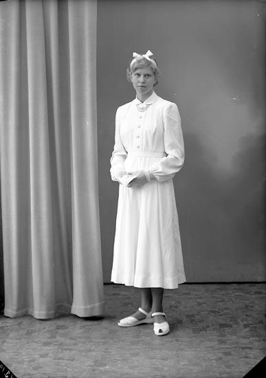 """Enligt fotografens journal nr 8 1951-1957: """"Berntsson, Gunbritt Käderöd Svenshögen""""."""