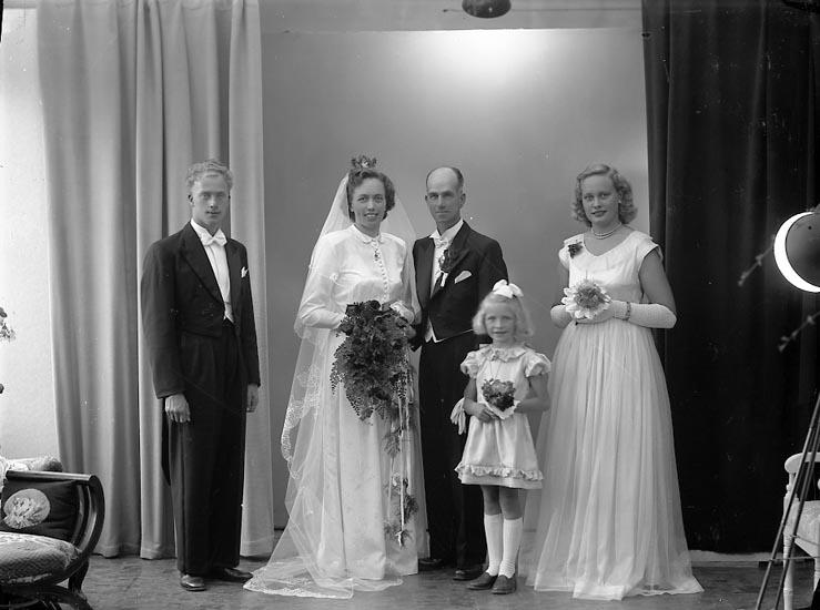 """Enligt fotografens journal nr 8 1951-1957: """"Karlberg, Brudparet Här""""."""