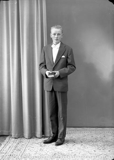 """Enligt fotografens journal nr 8 1951-1957: """"Augustsson, Morgan, Gröteröd, Ödsmål""""."""