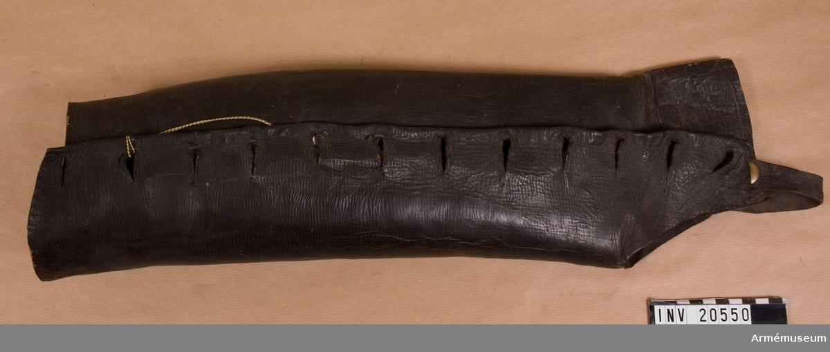 """Benläder, menig, infanteri, Ryssland. 1807. Ry. """"kragi"""". Av brunt läder med tio flata knappar av mässing. Knapparna fastknäppta vid benlädret med öglor som går genom lädret. På baksidan grova lärftbitar fastsydda som förstärkning. Hällor är fastsydda vid benlädren. LITT  Knötel-Sieg, Handbuch der Uniformenkunde, sida 316: År 1807 fick ryska infanteriet benläder av detta slag."""