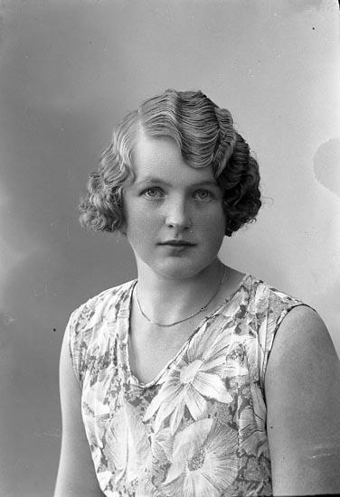 """Enligt fotografens journal nr 6 1930-1943: """"Andreasson, Ingrid Kiosken Här""""."""