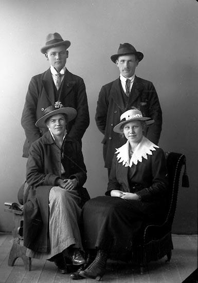 "Enligt fotografens journal nr 4 1918-1922: ""Gustafsson, Erik Lillevatten, Spekeröd""."