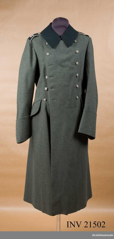 Grupp C I. Ur uniform för manskap vid infanteri i Tyskland. Består av vapenrock, ridbyxor, långbyxor, lägermössa, skärmmössa, kappa, regnkragen, ylletröja. Av grått kläde. Tvåradig med 6 knappar i var rad. Baktill motveck och i livet slejf. Axelklaffar av mörkt grönt kläde med vit passpoil, c:a 50 mm bred.