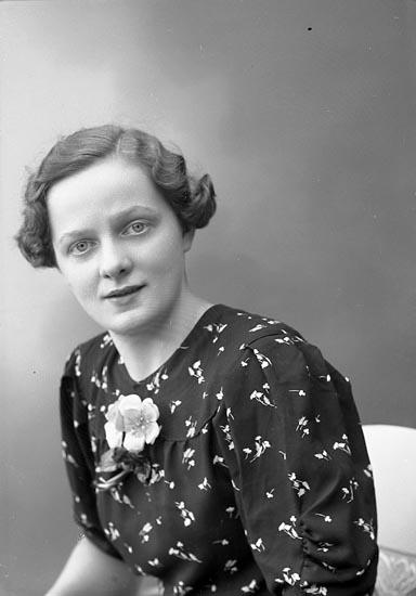 """Enligt fotografens journal nr 6 1930-1943: """"Pettersson, Astrid Kyrkenorum Här""""."""