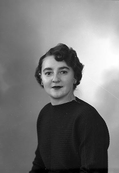 """Enligt fotografens journal nr 8 1951-1957: """"Åkerström, Fr. Birgitta Isbergs villa Stenungsund""""."""
