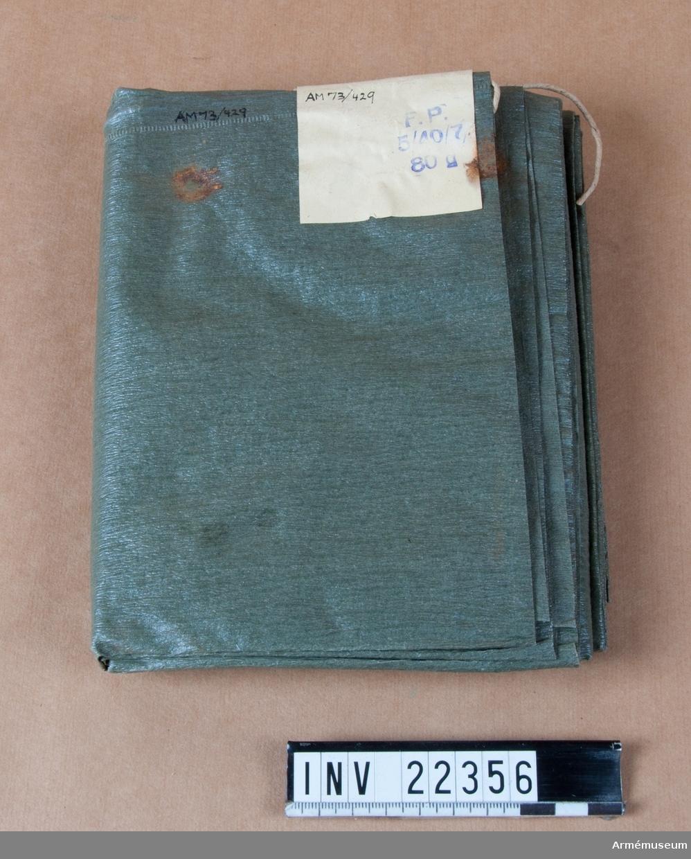 Grupp C I. S.k. Gasplane. Av papper, hopvikt och lagd i en väska av vävburet gummi. Mot slutet av 2. världskriget användes den sällan. Duken jämte div annan utrustning (AM 1932:73/427-28) togs om hand av givaren under tjänstgöring i Narvik (Norge) efter kapitulationen 1945.  LITT  Andrew Mollo, Uniforms of the SS, Volume 6, London 1972. Sida 110 samt avbildningar sida 116 och 118. Enl S Warfvinge.