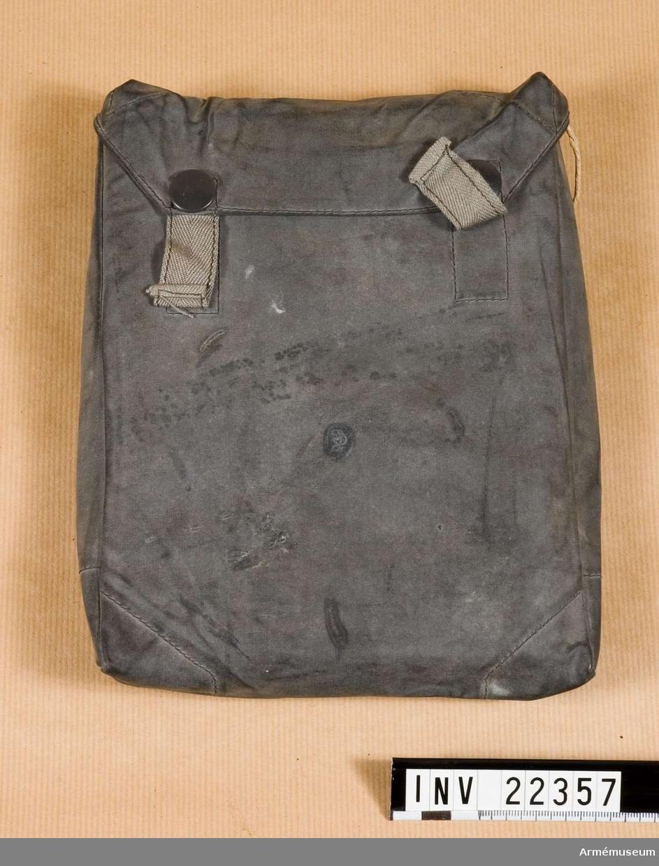 Grupp C I. Väska av vävburen gummi.Duken jämte div annan utrustning (AM 1932:73/427-28) togs om hand av givaren under tjänstgöring i Narvik (Norge) efter kapitulationen 1945