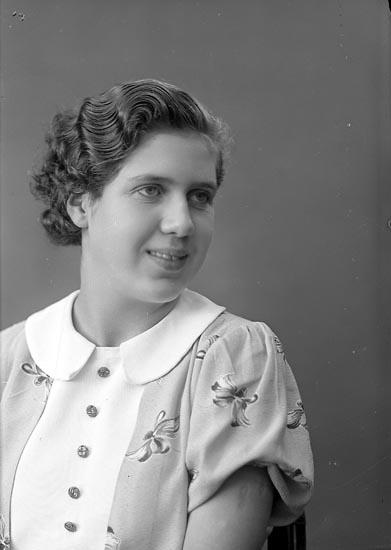 "Enligt fotografens journal nr 6 1930-1943: ""Johansson, Inga Stenungsön""."