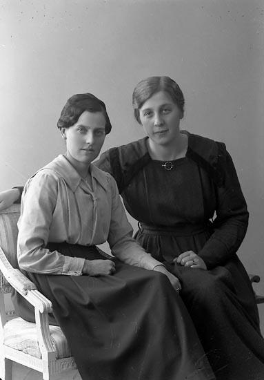 """Enligt fotografens journal nr 4 1918-1922: """"Hermansson, Signe Grindstorp Spekeröd""""."""