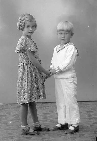 """Enligt fotografens journal nr 6 1930-1943: """"Doversten, Elsie och Karl Erik Här""""."""