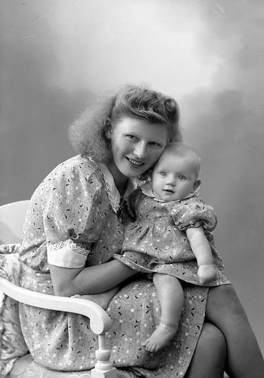 """Enligt fotografens journal nr 7 1944-1950: """"Lindgren, Fru Ester, Angrimseröd, Svanesund""""."""