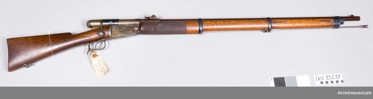 """Grupp E II. Vid geväret är fästad en etikett på vilken står """" Magasins- gevär m/1871 syst. Vetterli, Schweiz"""" Geväret skiljer sig från övriga i AM befintliga m/1871.På lådans högra sida  är ett vridbart lock som skyddar hålet för patronhyls utkastningen.På lådans vänstra sida är en spärranordning för framstocksmagasinet, samt i inskrift """"Sve.Ind Suisse syst. Wetterlin"""" På kolven står S'S'under kronan, vilket kan betyda Skjutskolan Rosensberg."""