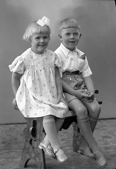 """Enligt fotografens journal nr 6 1930-1943: """"Olsson, Herr Erik Raröd Jörlanda barnen""""."""