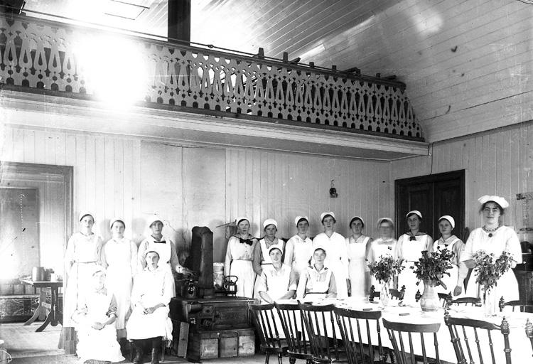 """Enligt fotografens journal nr 4 1918-1922: """"Wetterqvist, Fr. Elin Skolkökskurs Jörlanda""""."""