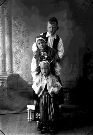 """Enligt fotografens journal Lyckorna 1909-1918: """"Lindstedt, Disponent barnen Göta""""."""