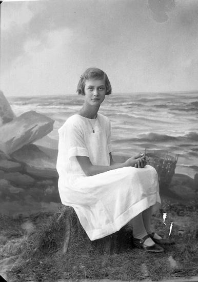 "Enligt fotografens journal nr 5 1923-1929: ""Rasmusson, Anna, Halltorp, Kode""."