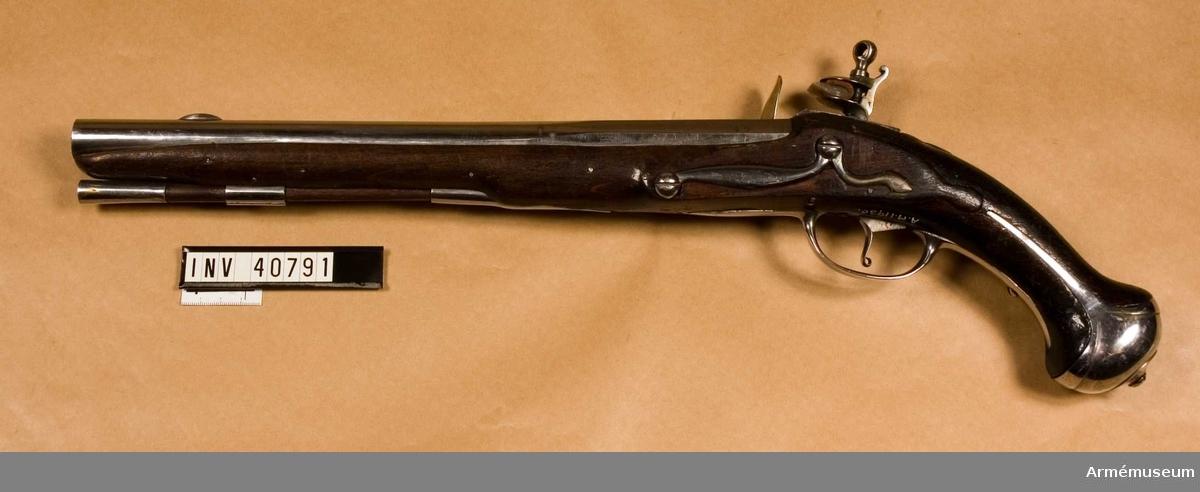 Grupp E III. Pistol från 1700-talets början. Loppets relativa längd: 19,1 kal. pistoler bildande namnchiffer på vänstra kortväggen i II:2.