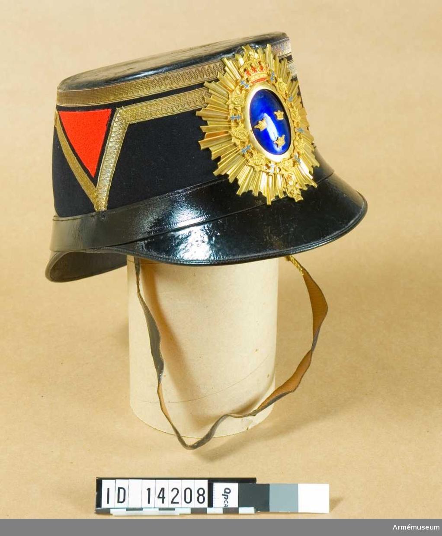 Grupp C I. Uniform till officer, överste, för Smålands artilleriregemente. Består av: attila, käppi, plym, kartuschväska.