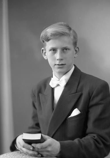 """Enligt fotografens journal nr 8 1951-1957: """"Johansson, Vräland Svanesund"""". Enligt fotografens notering: """"Stig Johansson, Vräland Svanesund""""."""