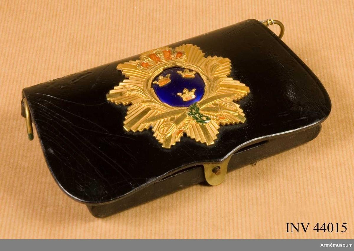 Grupp C I. Uniformspersedlar består av attila, långbyxor, ridbyxor, mössa, knutskärp, kartuschlåda med rem, lackstövlar. Burna av överste L Wernstedt.
